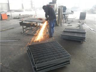 钢格板人工焊车间